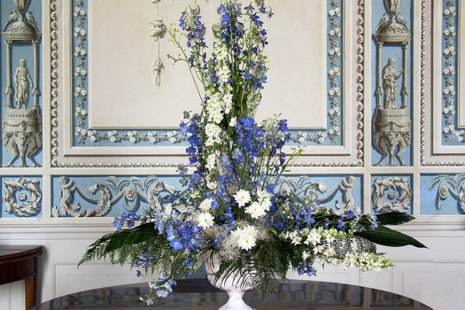 © Flower arrangement in the Blue Salon