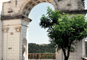 Triumphal arch on the south terrace by the Hall of the Ancestors